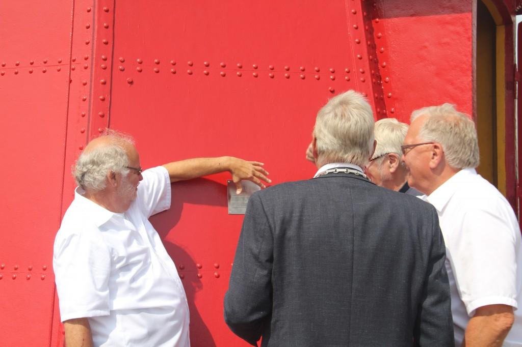 Fleming Eklund lägger sista handen vid plaketten